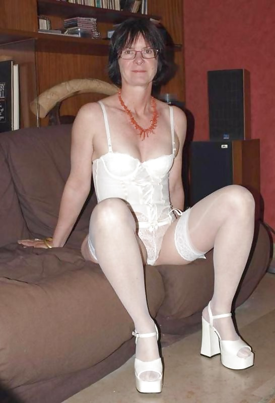 http://maturesonfire.com/gallery/Sexy_Matures_amp_Milfs_All_in_White/25.jpg